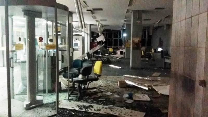 Criminosos explodem bancos, trocam tiros com a polícia e queimam ônibus em rodovia em Passos