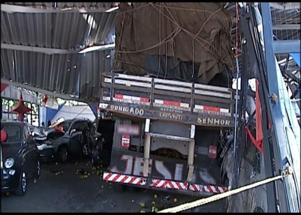 Caminhão sem freio invade garagem de revenda e danifica veículos em Araxá