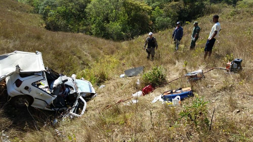 eículo caiu em uma ribanceira na MG-428 nesta sexta-feira (6) — Foto: Corpo de Bombeiros/divulgação