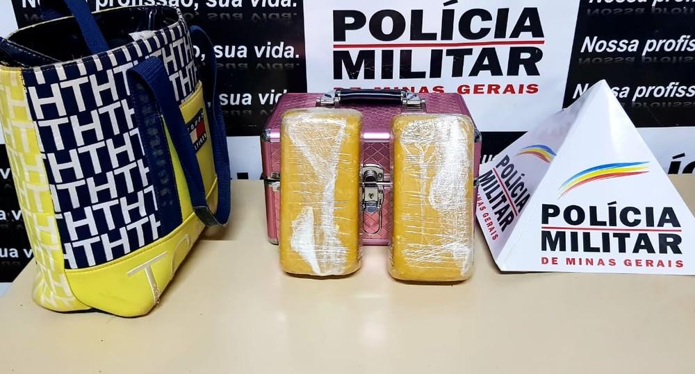 Crack estava dentro da bolsa — Foto: Polícia Militar/Divulgação