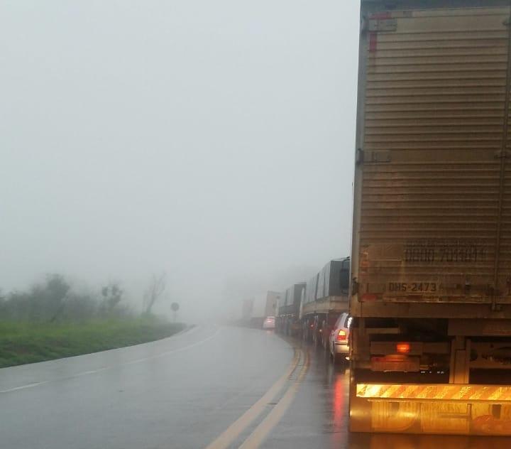 Acidente entre dois caminhões deixa BR-262 interditada em Córrego Danta