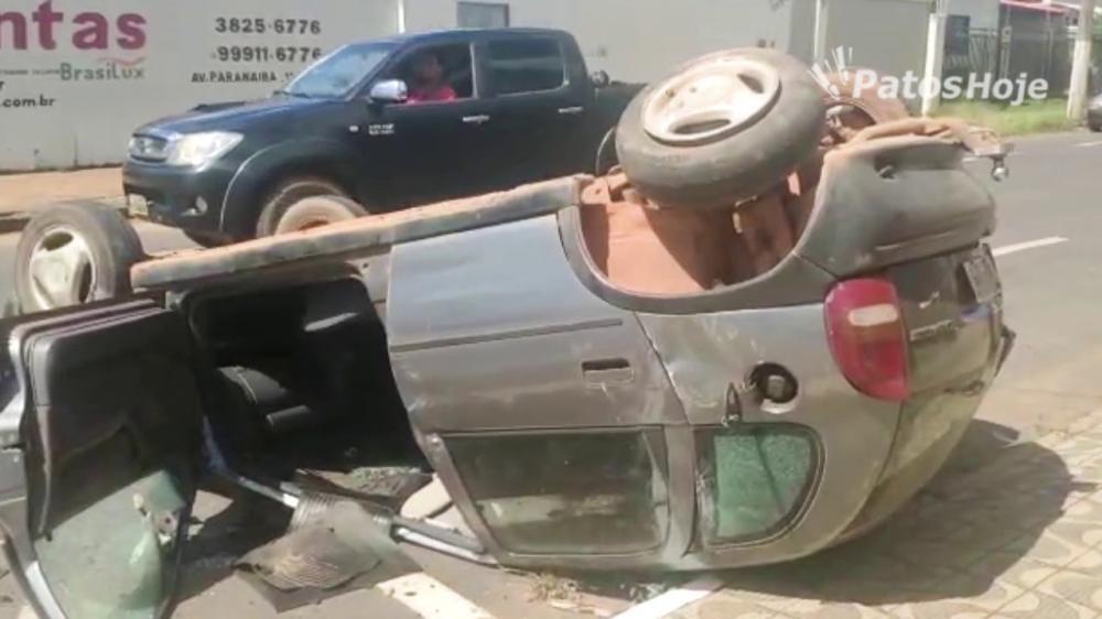 O carro ficou completamente danificado.
