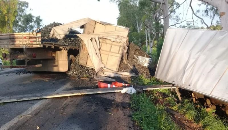 Motorista morre e outro fica ferido em colisão envolvendo carreta e caminhão na BR-262 em Luz