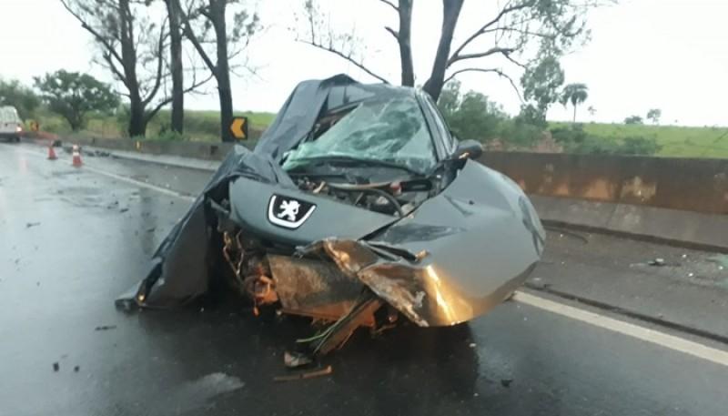 Colisão entre carro e carreta deixa um morto e três feridos na BR-262 em Luz