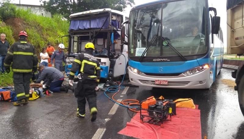 Motorista fica ferido após batida entre ônibus e carreta na MG-050