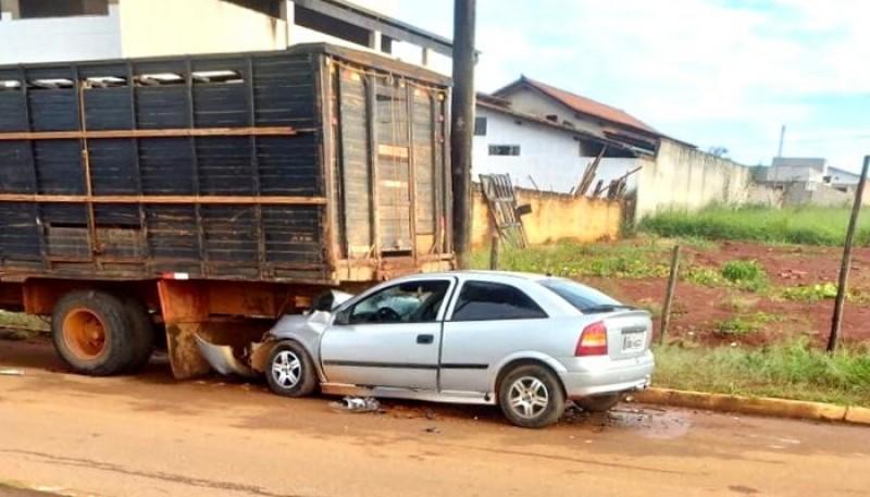 Motorista dorme ao volante e fica ferido ao bater na traseira de caminhão em Luz