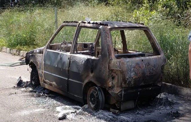 O carro ficou totalmente carbonizado