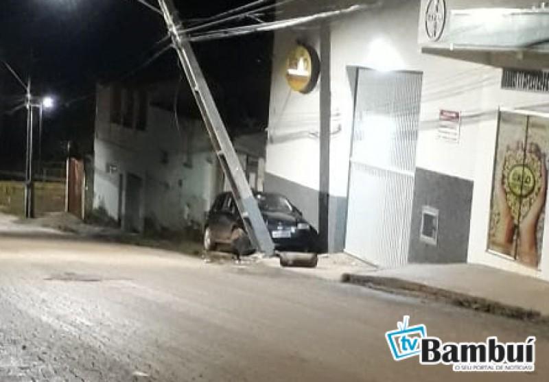 Condutor foge após bater em poste da CEMIG em Bambuí