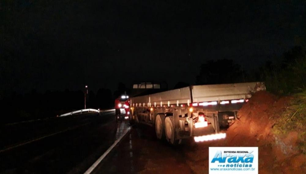 Motorista perde o controle e caminhão bate em radar na BR-262 em Campos Altos