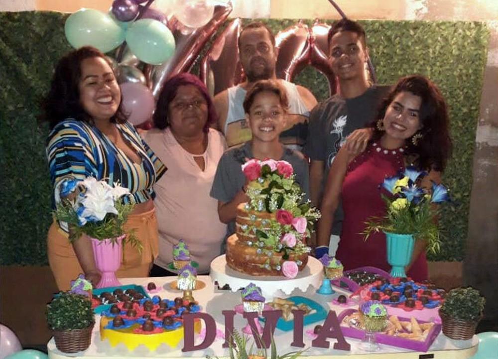 Divia (de rosa), Aníbal (C) e os quatro filhos no 40º aniversário — Foto: Reprodução