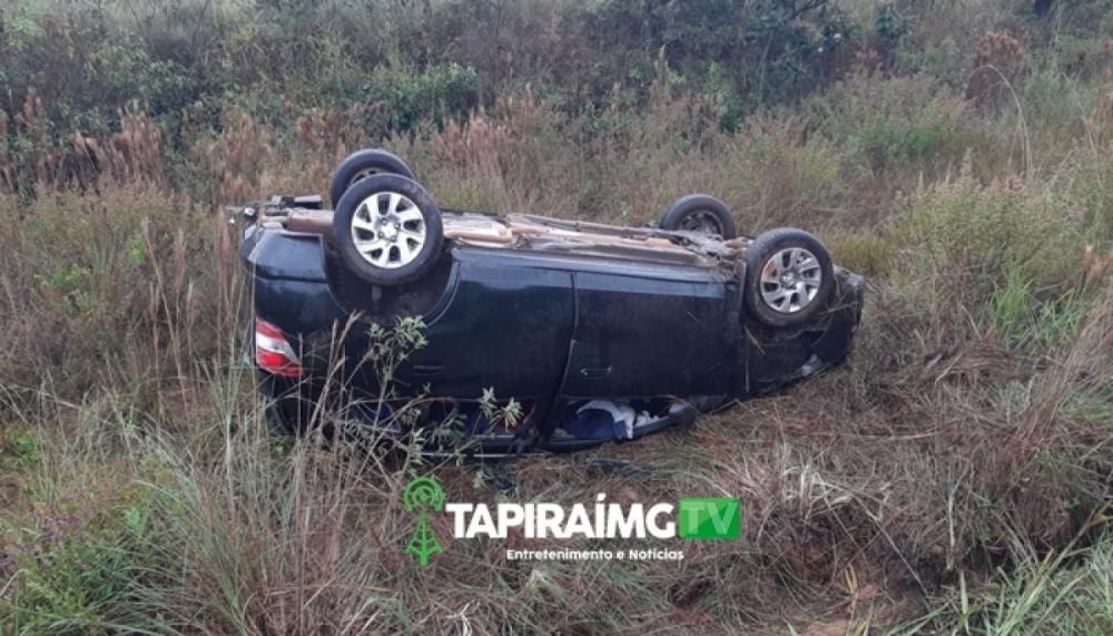 Adolescentes ficam feridos após carro capotar na BR-262 em Campos Altos