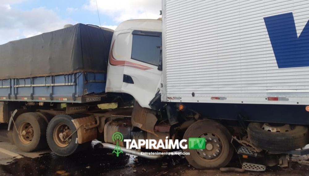 Colisão entre carretas deixa motorista ferido e interdita a BR-262 em Campos Altos