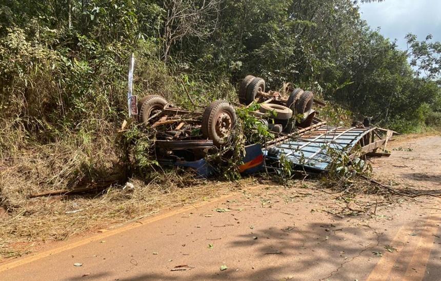 Motorista fica ferido após caminhão com gado tombar entre Medeiros e Bambuí