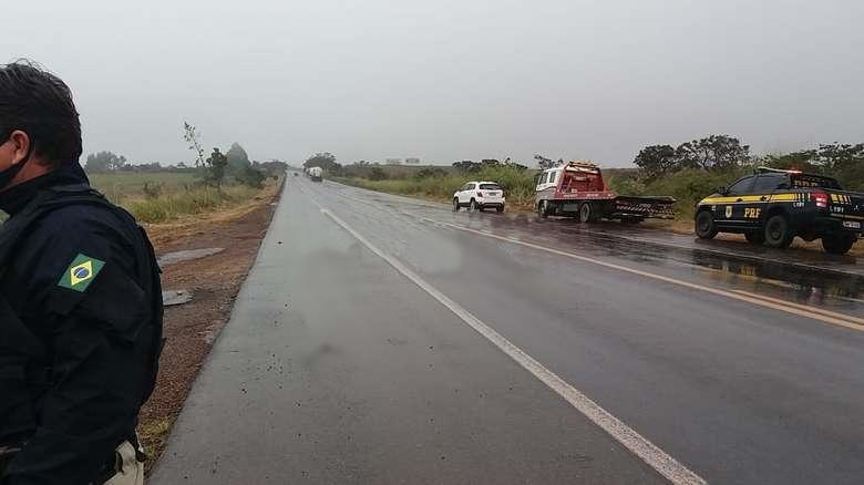 Carro roda na pista  e atinge trabalhador na BR-262 entre Ibiá e Campos Altos
