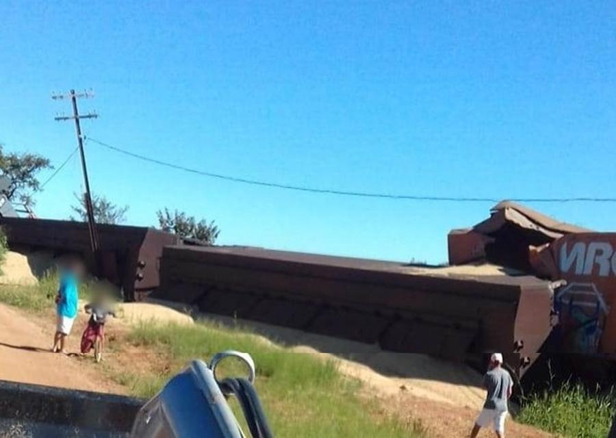 Trem que seguia sentido Ibiá descarrila e vagões carregados com soja tombam no Alto Paranaíba