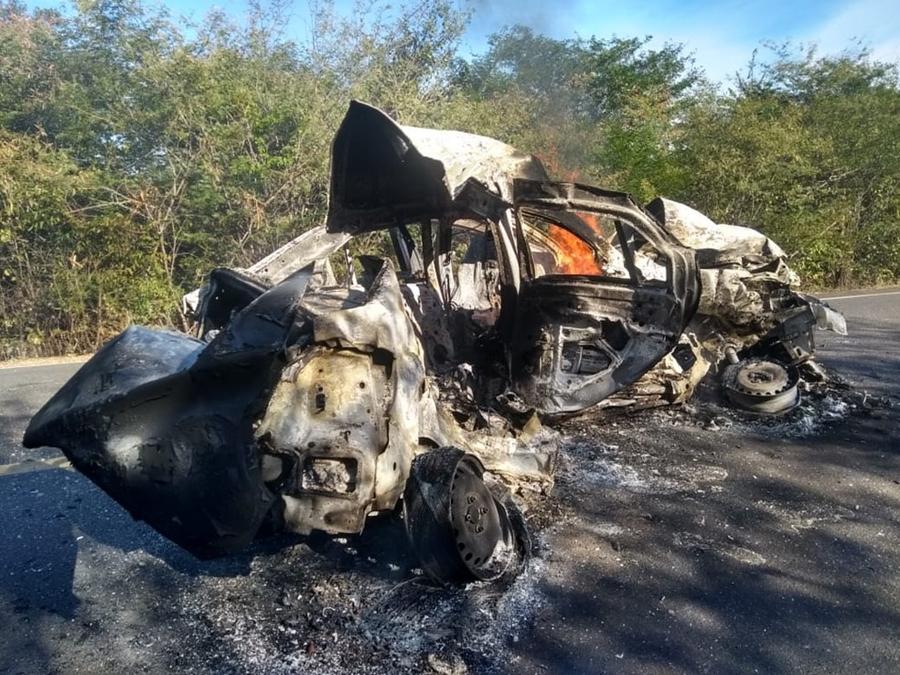 Duas pessoas morrem carbonizadas em colisão entre carro e caminhão na BR-135