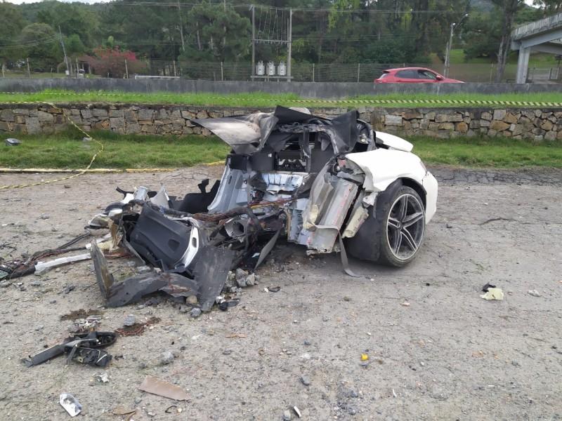 Mercedes parte ao meio em colisão e motorista morre no local, na BR-101