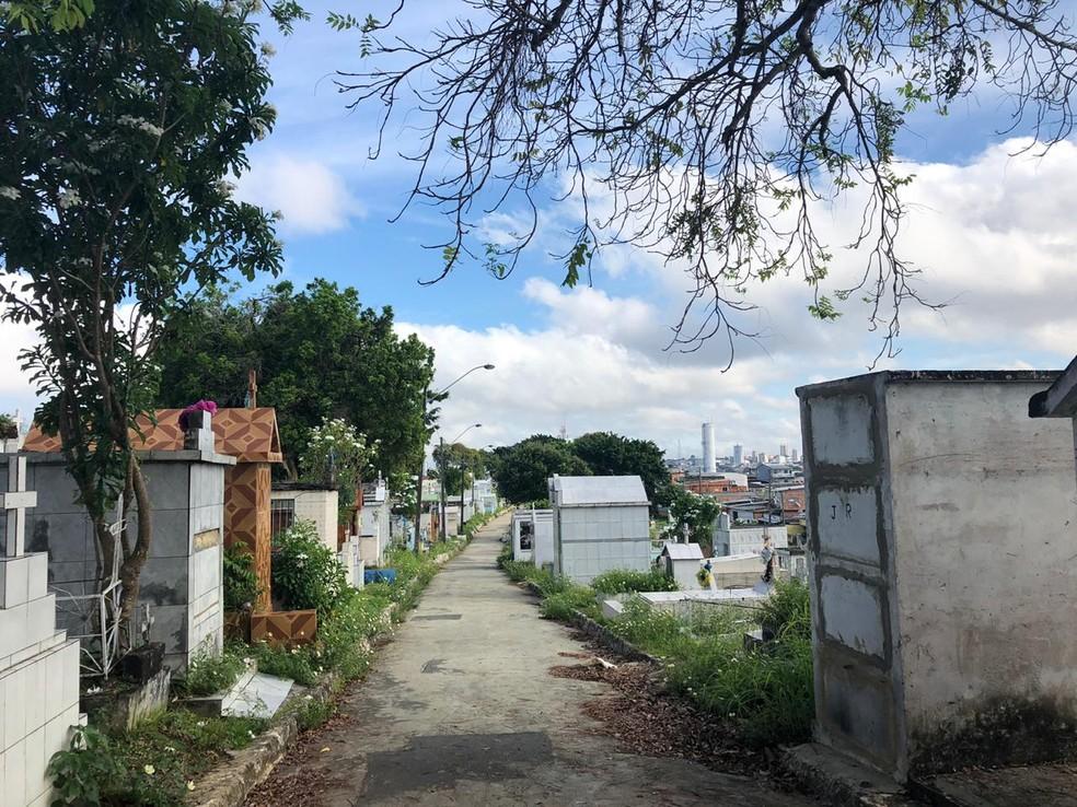 Homem é detido após retirar corpo da avó de túmulo e dançar com cadáver