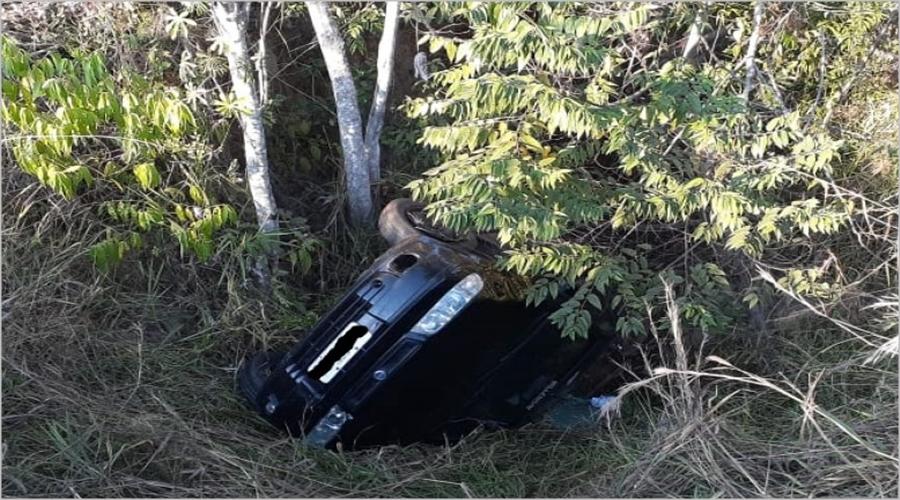 Jovem capota carro na BR-354 em Bambuí/MG