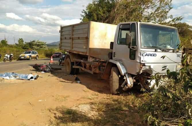 Jovem de 21 anos morre após batida entre moto e caminhão na MG-167