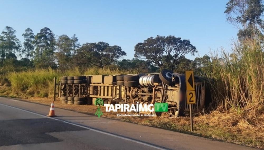 Carreta carregada de batata frita tomba e tem parte da carga saqueada na BR-262 em Córrego Danta