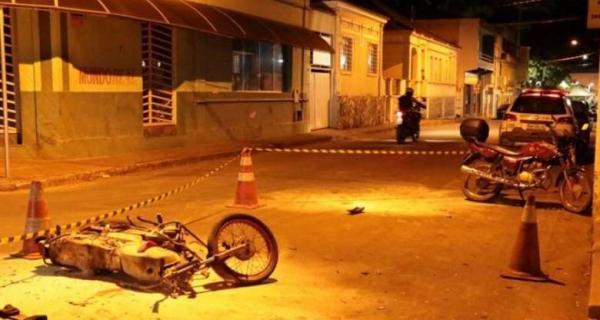 Acidente entre motos deixa dois feridos no centro de Bambuí