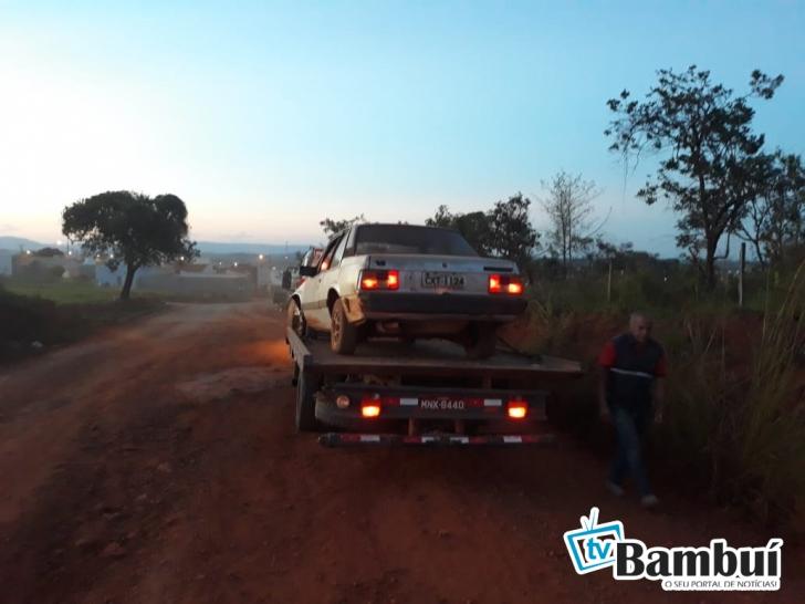 Homem é preso após fugir da PM e bater carro em barranco, em Bambuí