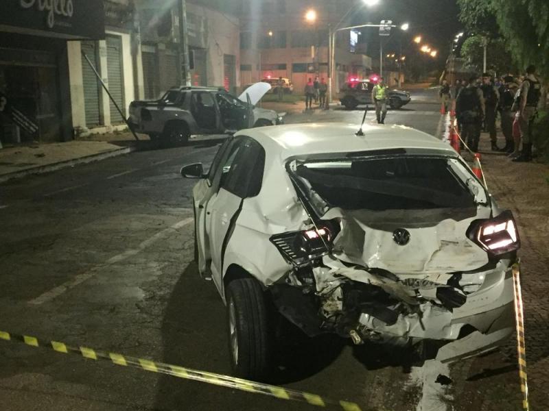 Com veículo roubado, homem foge da PM, troca tiros e causa acidentes em Patrocínio; veja vídeo