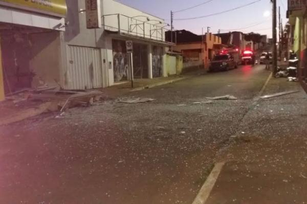 Criminosos explodem caixas eletrônicos em Campos Altos